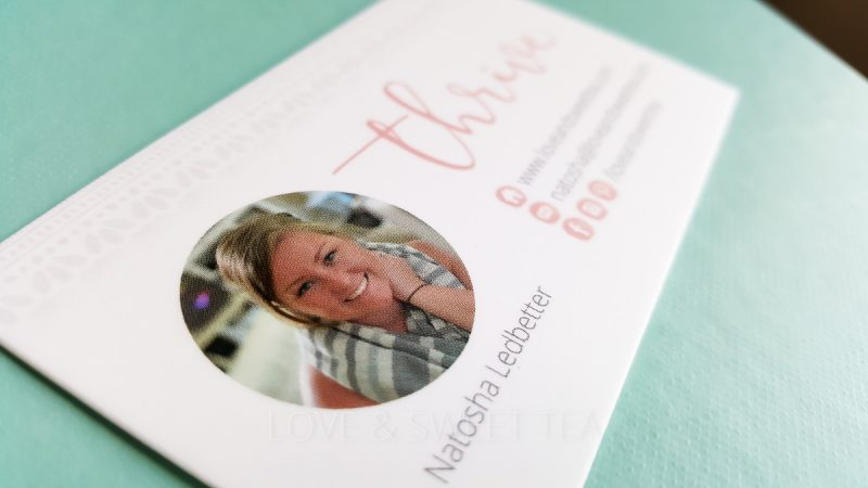 I need to make my blogger business cards for that blogging conference I'm going to soon! Click through to read what you need on your blogger business cards.